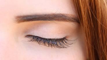 Natural Ways to Grow Eyebrows & Eyelashes